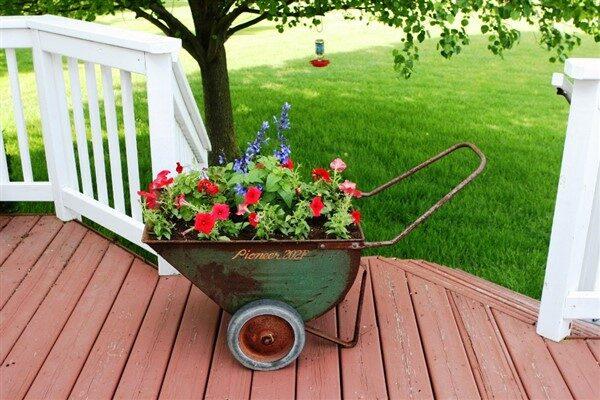 28 DIY Vintage Wheelbarrow Planter Ideas